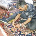 Questo tappeto aveva perso il vello .... il nostro restauratore al lavoro per rimettere la lana